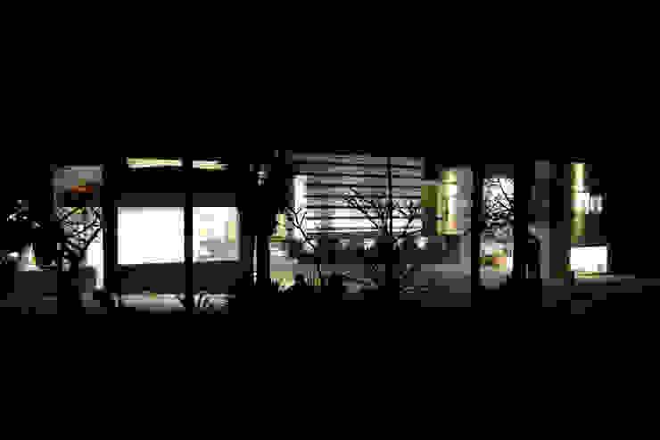 VISTA NOCTURNA FACHADA PRINCIPAL Casas modernas de ro arquitectos Moderno