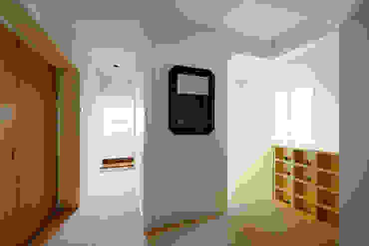 2階ホールロッカー モダンスタイルの 玄関&廊下&階段 の Kikumi Kusumoto/Ks ARCHITECTS モダン