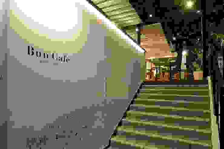 Bun Café - 外観・エントランス階段 ラスティックなレストラン の MoMo. Co., Ltd. ラスティック