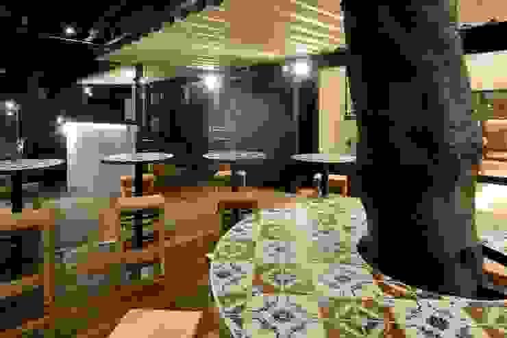 Bun Café - 外部・テラス席 ラスティックなレストラン の MoMo. Co., Ltd. ラスティック