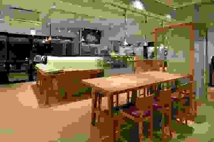 Bun Café - インテリア・大テーブル席 ラスティックなレストラン の MoMo. Co., Ltd. ラスティック