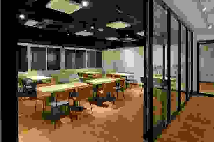 Bun Café - インテリア・客席 + 会議室 ラスティックなレストラン の MoMo. Co., Ltd. ラスティック