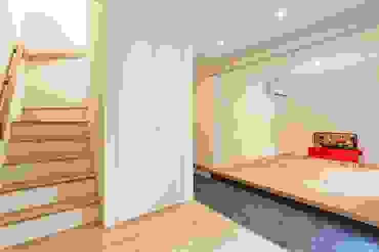 T邸 ミニマルスタイルの 玄関&廊下&階段 の SOYsource建築設計事務所 / SOY source architects ミニマル