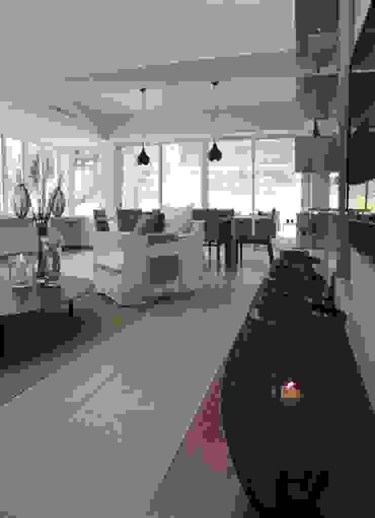 Living room Salle de bain moderne par Lichelle Silvestry Interiors Moderne