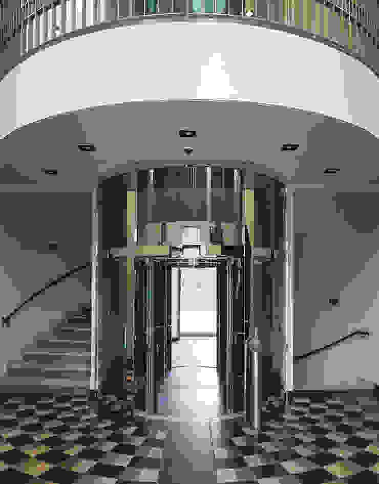 Goldfinkweg Moderner Flur, Diele & Treppenhaus von Davide Rizzo Modern