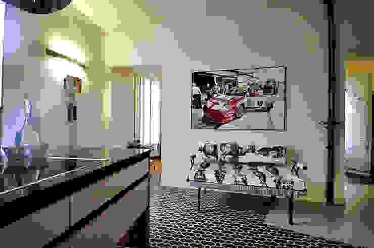 La casa dell'art director Ingresso, Corridoio & Scale di GAP Studio