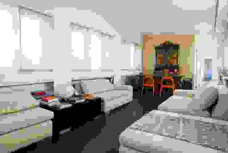 Casa sui cortili Wohnzimmer von Calzoni architetti