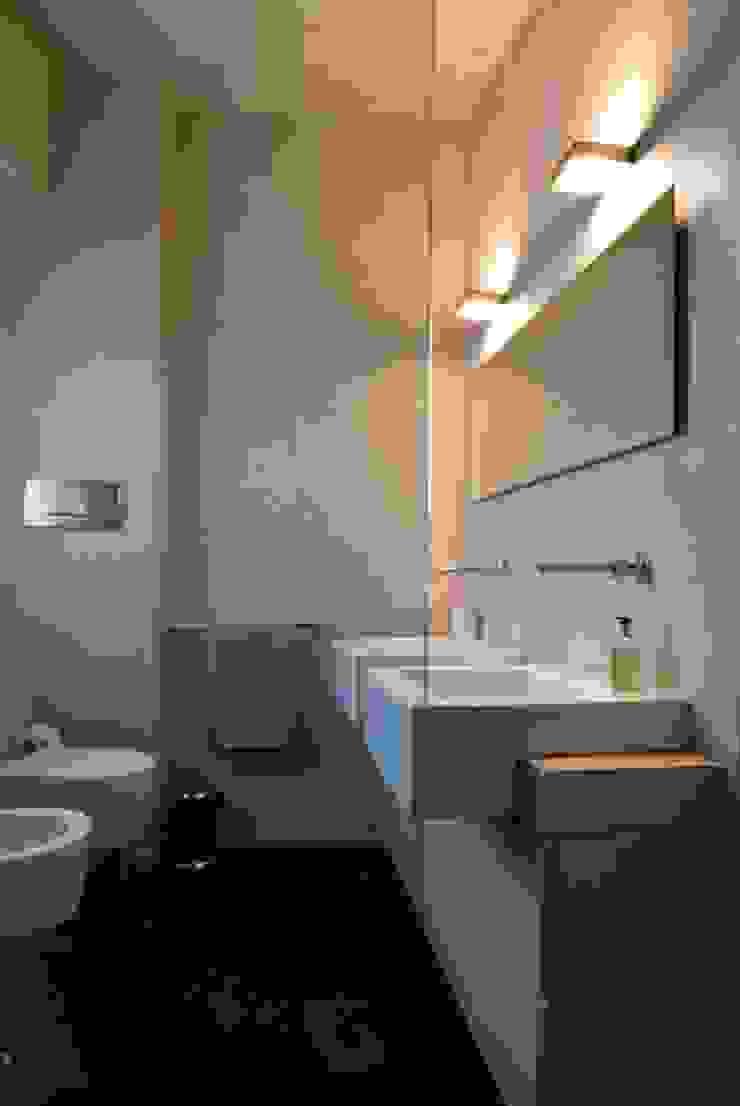 Casa sui cortili Badezimmer von Calzoni architetti