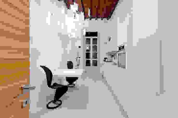 U:BA house Kitchen by Comoglio Architetti