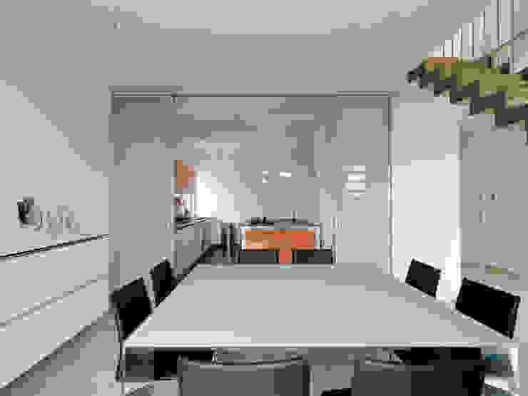 Recupero Sottotetto – Duplex 2 Sala da pranzo moderna di enzoferrara architetti Moderno