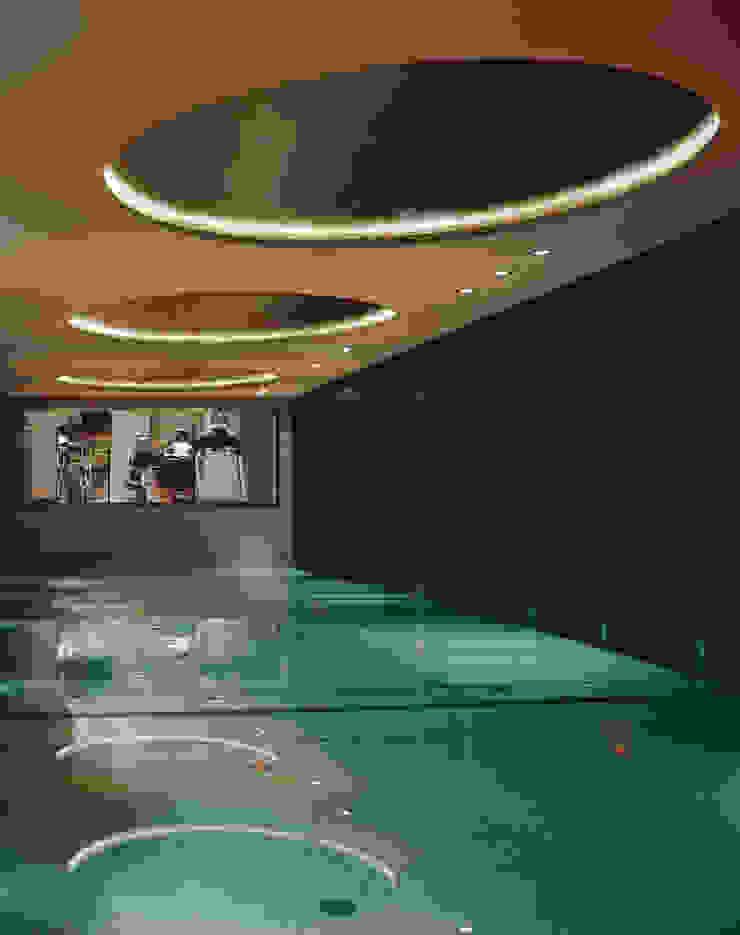 Goldfinkweg Moderne Pools von Davide Rizzo Modern