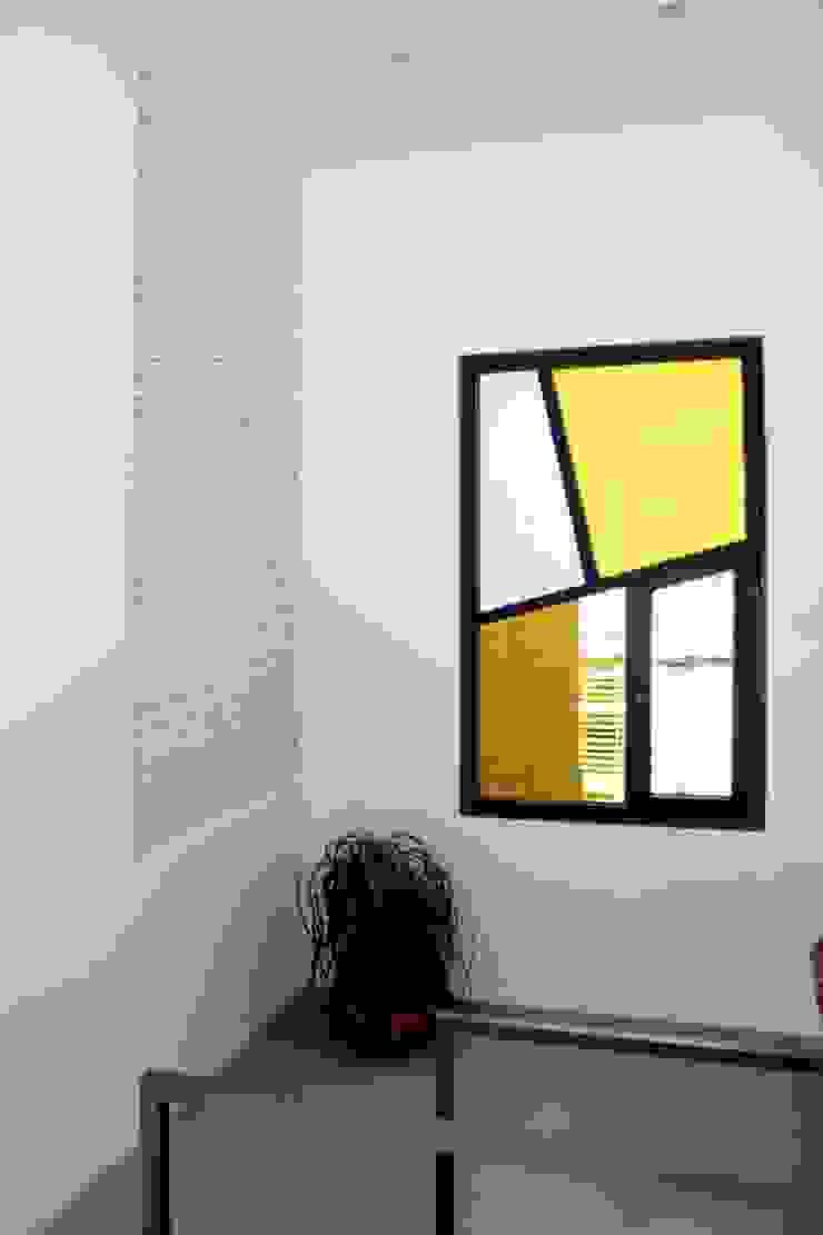 Casa unifamiliare a Barcellona (Spagna) Ingresso, Corridoio & Scale in stile mediterraneo di PBEB architetti Mediterraneo