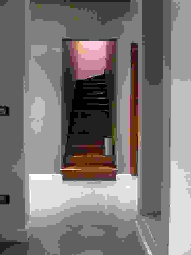 Accesso al secondo piano Ingresso, Corridoio & Scale in stile moderno di Blocco 8 Architettura Moderno