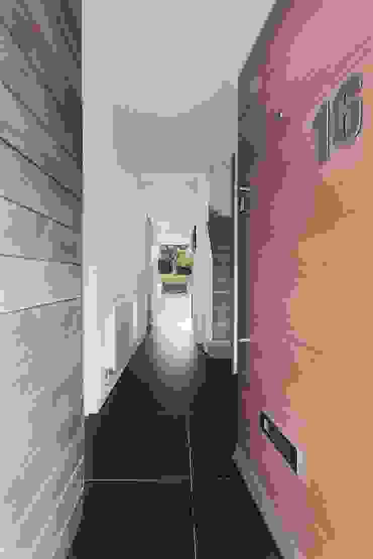 AR Design Studio- The Medic's House AR Design Studio Koridor & Tangga Modern