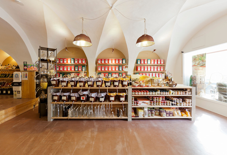 Laden im Vorderhaus Ladenflächen von Peter Haimerl . Architektur