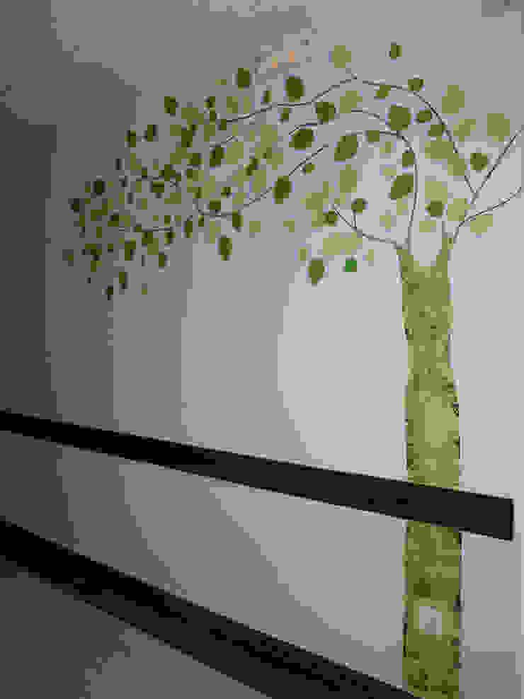 Murales pintados en los pasillos del Hospital Santa Bárbara. Puertollano (Ciudad Real) Hospitales de estilo moderno de MURALES MARAVILLOSOS Moderno