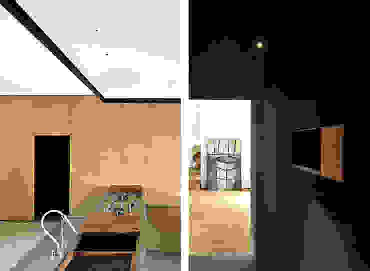 wood and iron apartment di LCArchitetti Mediterraneo