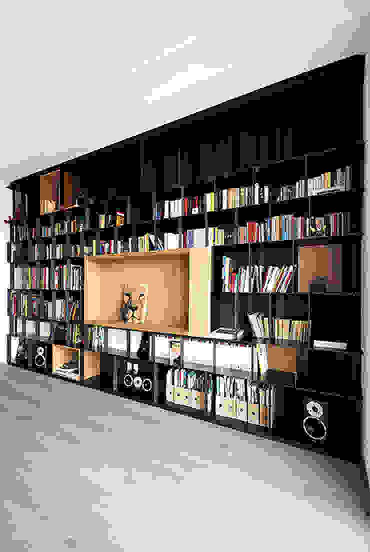 iron and wood bookcase di LCArchitetti Classico