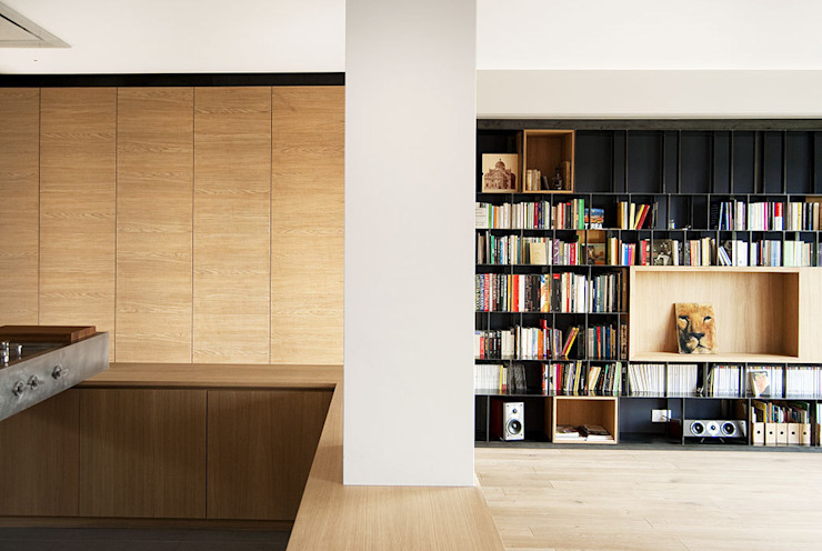 iron and wood bookcase di LCArchitetti Mediterraneo