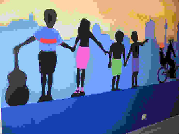 Murales pintados en los pasillos de Neonatología. Hospital Doce de Octubre. Madrid Hospitales de estilo moderno de MURALES MARAVILLOSOS Moderno