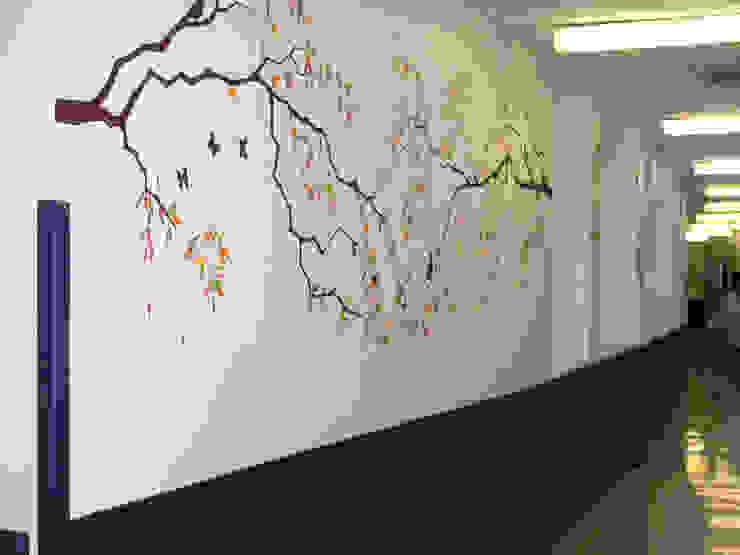 Murales pintados en los pasillos de la zona de paritorios. Hospital Doce de Octubre. Madrid Hospitales de estilo moderno de MURALES MARAVILLOSOS Moderno