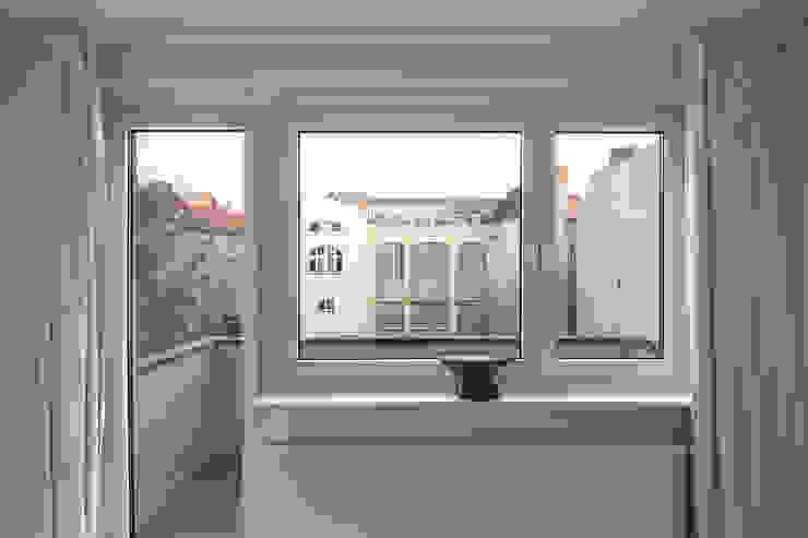 Modern Balkon, Veranda & Teras Alexander John Huston Modern
