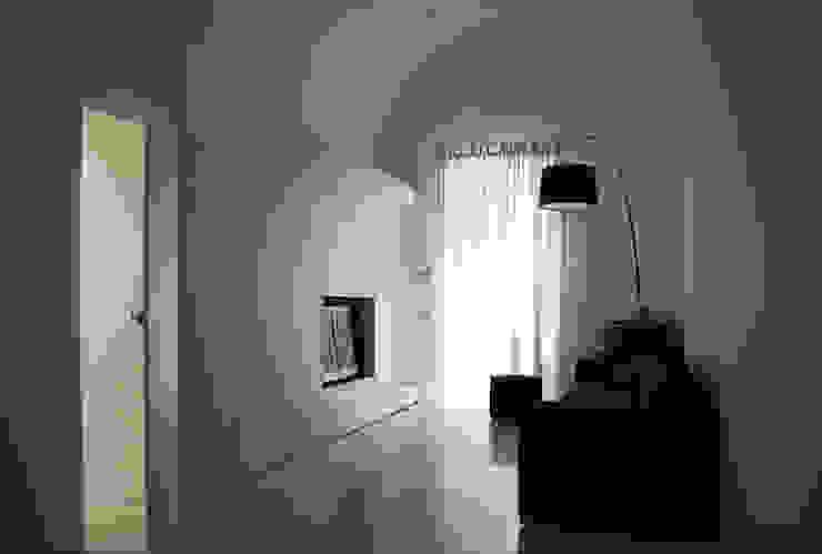 Salotto Soggiorno in stile mediterraneo di (dp)ªSTUDIO Mediterraneo