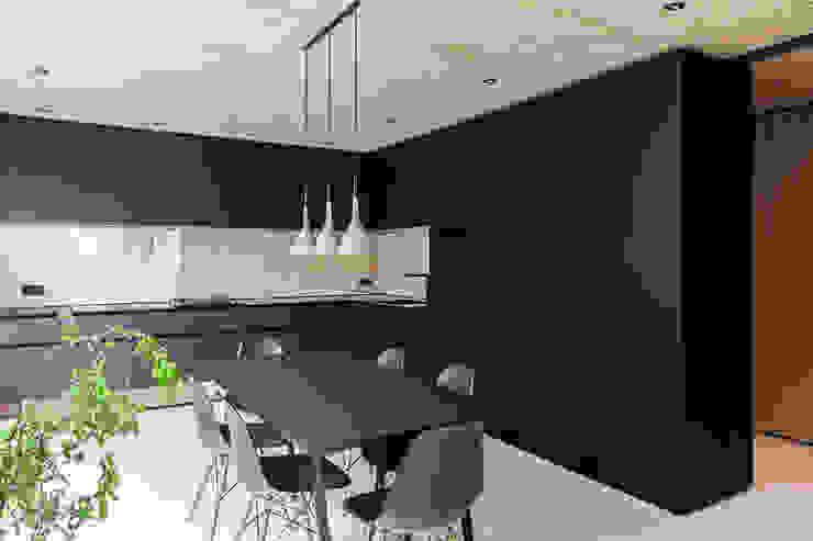 現代廚房設計點子、靈感&圖片 根據 FORMAT ELF ARCHITEKTEN 現代風