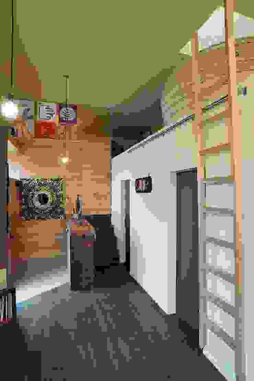 Pasillos, vestíbulos y escaleras de estilo ecléctico de eu建築設計 Ecléctico
