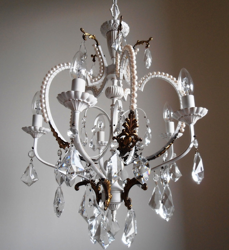White chandelier with faux pearls di Milan Chic Chandeliers Eclettico