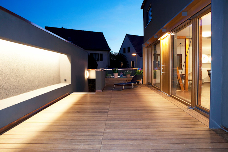 Balcones y terrazas modernos de Holzerarchitekten Moderno