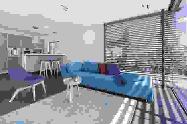 Salas de estar modernas por LUXHAUS Vertrieb GmbH & Co. KG Moderno
