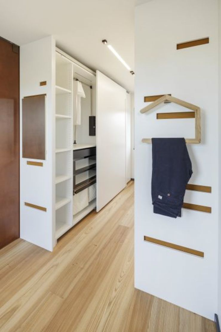Modern dressing room by LUXHAUS Vertrieb GmbH & Co. KG Modern
