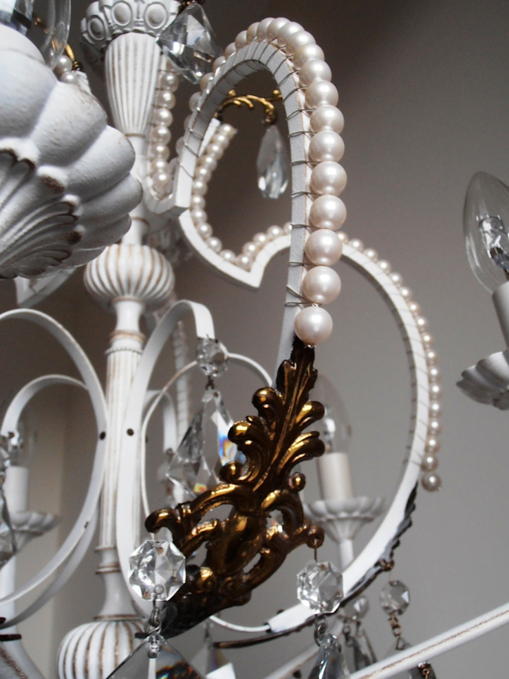 Paris light – white chandelier with faux pearls di Milan Chic Chandeliers Eclettico