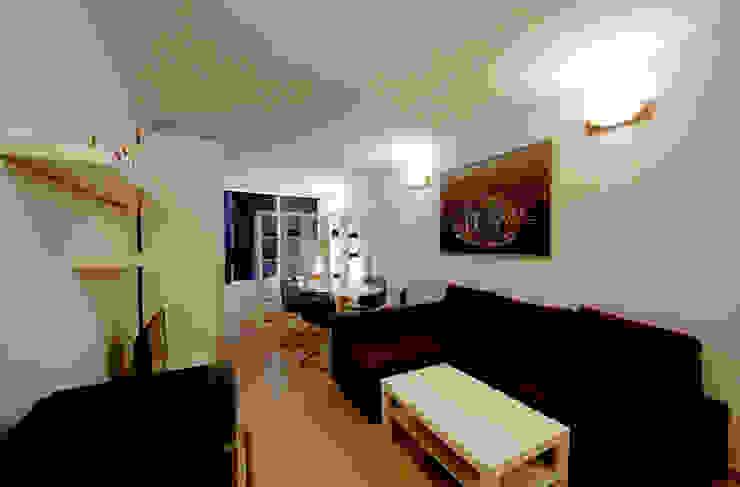 Vista sull'appartamento - verso la finestra Soggiorno moderno di Marco Barbero Moderno
