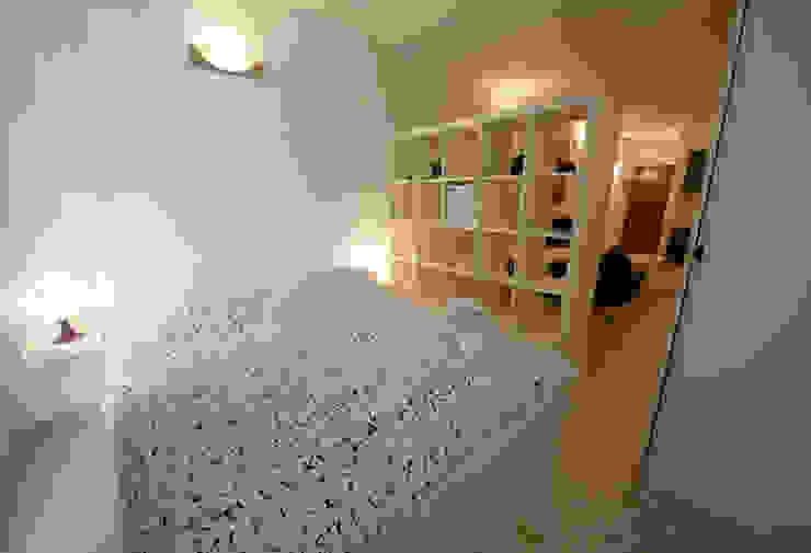 Vista sull'appartamento - verso l'ingresso Camera da letto moderna di Marco Barbero Moderno