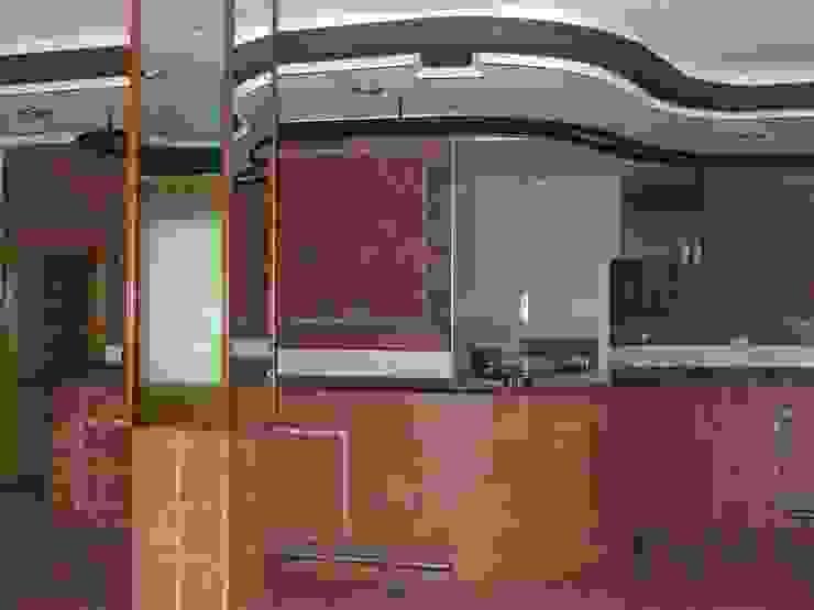 Zona frontal izquierda de local sin reformar. Salones de estilo moderno de MUMARQ ARQUITECTURA E INTERIORISMO Moderno