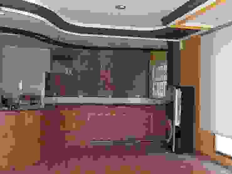Zona frontal y final del loca. Salones de estilo moderno de MUMARQ ARQUITECTURA E INTERIORISMO Moderno