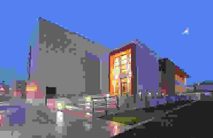 Centro Sociale Polifunzionale Sedi per eventi moderne di FèRiMa architetti russo Moderno