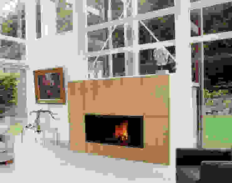 cheminée murale en metal et bois par Bloch Design Moderne