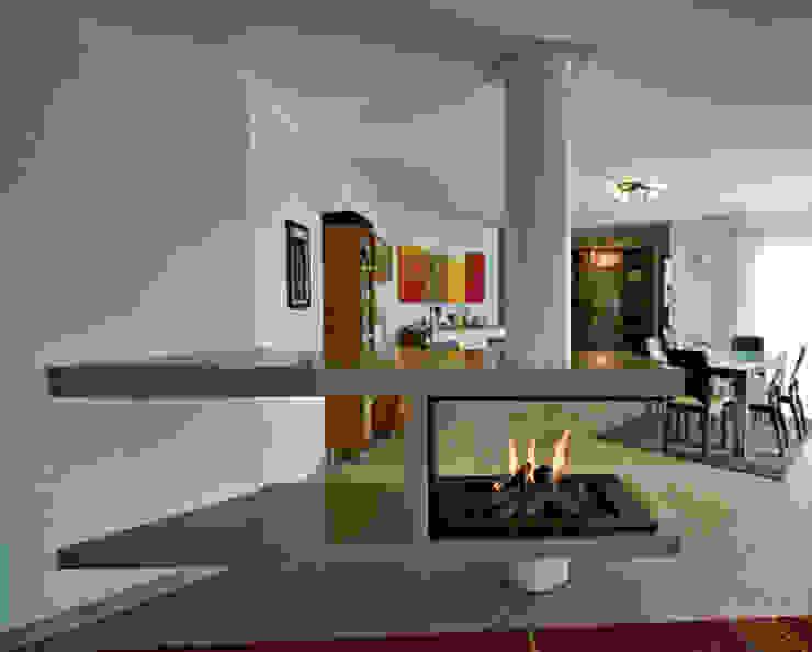 Cheminée centrale par Bloch Design Moderne