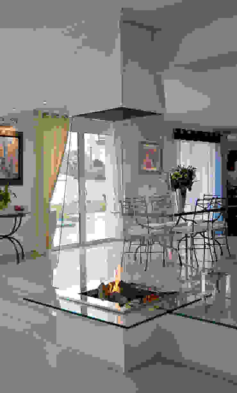 cheminée pyramidale en verre par Bloch Design Moderne