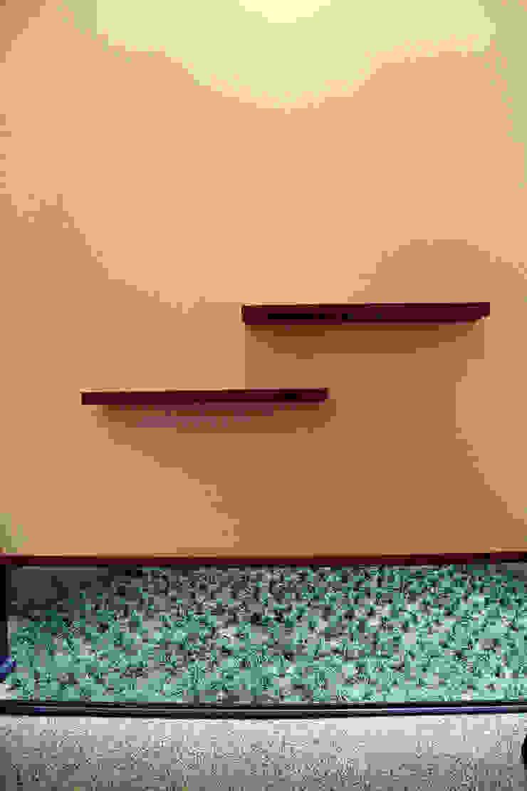 玄関飾り棚と坪庭 アジア風 庭 の 秀田建築設計事務所 和風