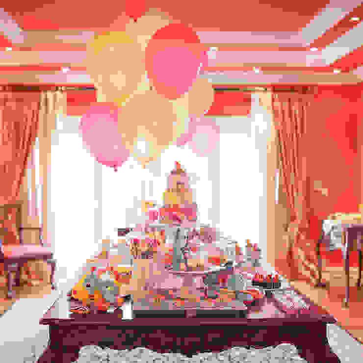 Vista da mesa de bolo e doces. por Lima Limão- Festas com charme Moderno