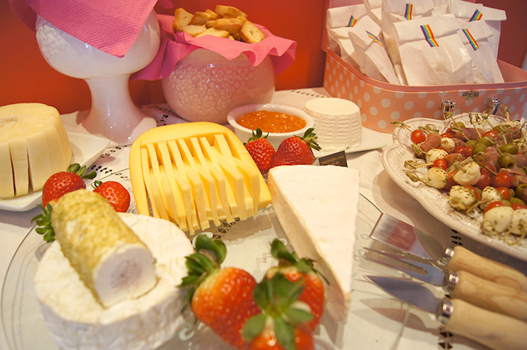 Charmosa e apetitosa tábua de queijos. por Lima Limão- Festas com charme Moderno