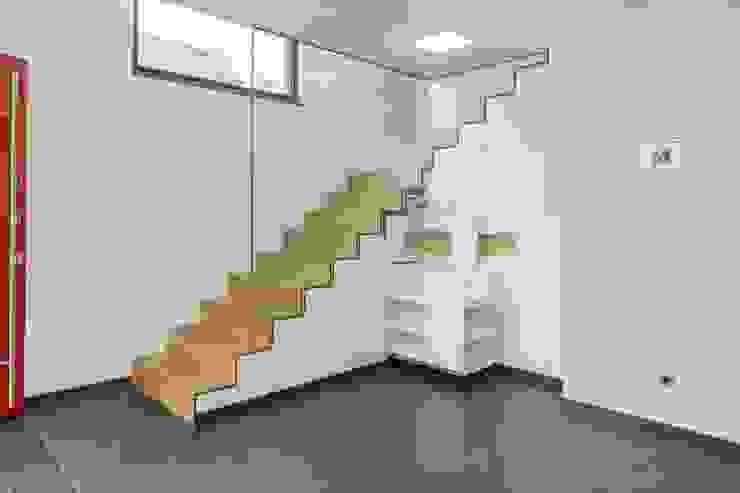 Pasillos y recibidores de estilo  por LUXHAUS Vertrieb GmbH & Co. KG