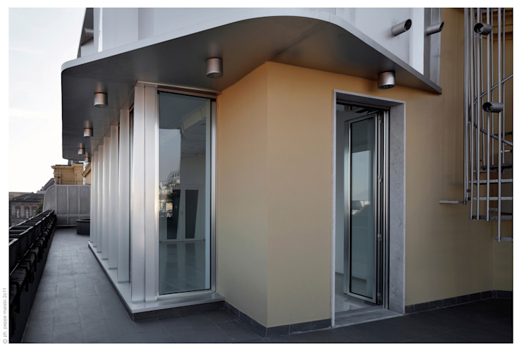 Penthouse bioclimatica a forma di cappello. Balcone, Veranda & Terrazza in stile eclettico di Garbadellarchitetti Eclettico