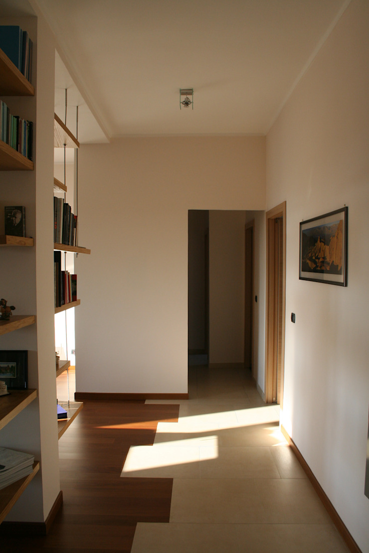 Pasillos, vestíbulos y escaleras modernos de enrico massaro architetto Moderno