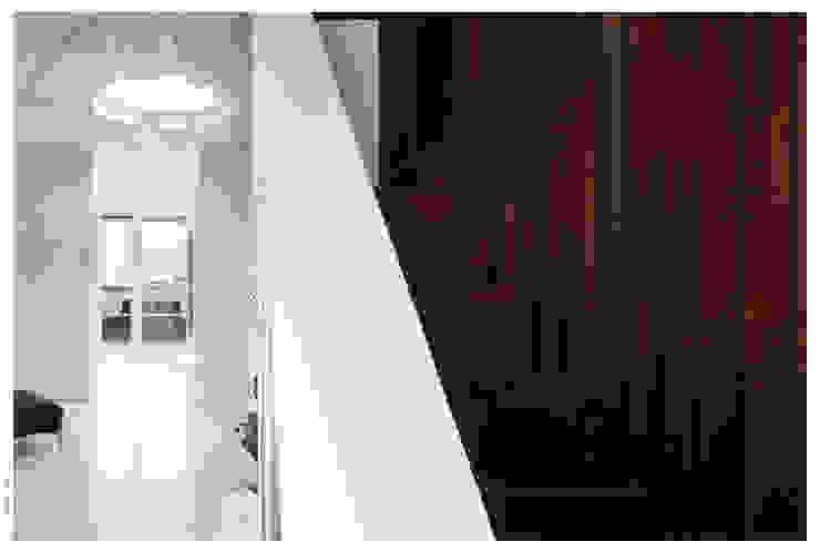 Penthouse bioclimatica a forma di cappello. Ingresso, Corridoio & Scale in stile eclettico di Garbadellarchitetti Eclettico