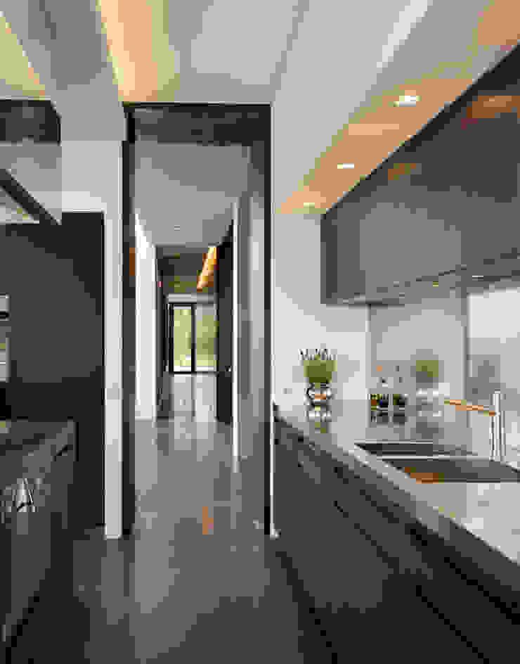Berkshire 現代廚房設計點子、靈感&圖片 根據 Gregory Phillips Architects 現代風